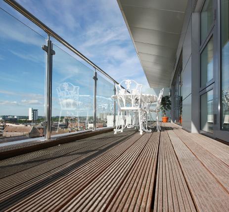 מעקות זכוכית<br>למרפסות